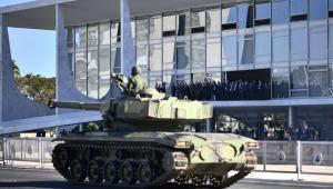 Tanque da Marinha passa em frente ao Palácio do Planalto durante parada militar