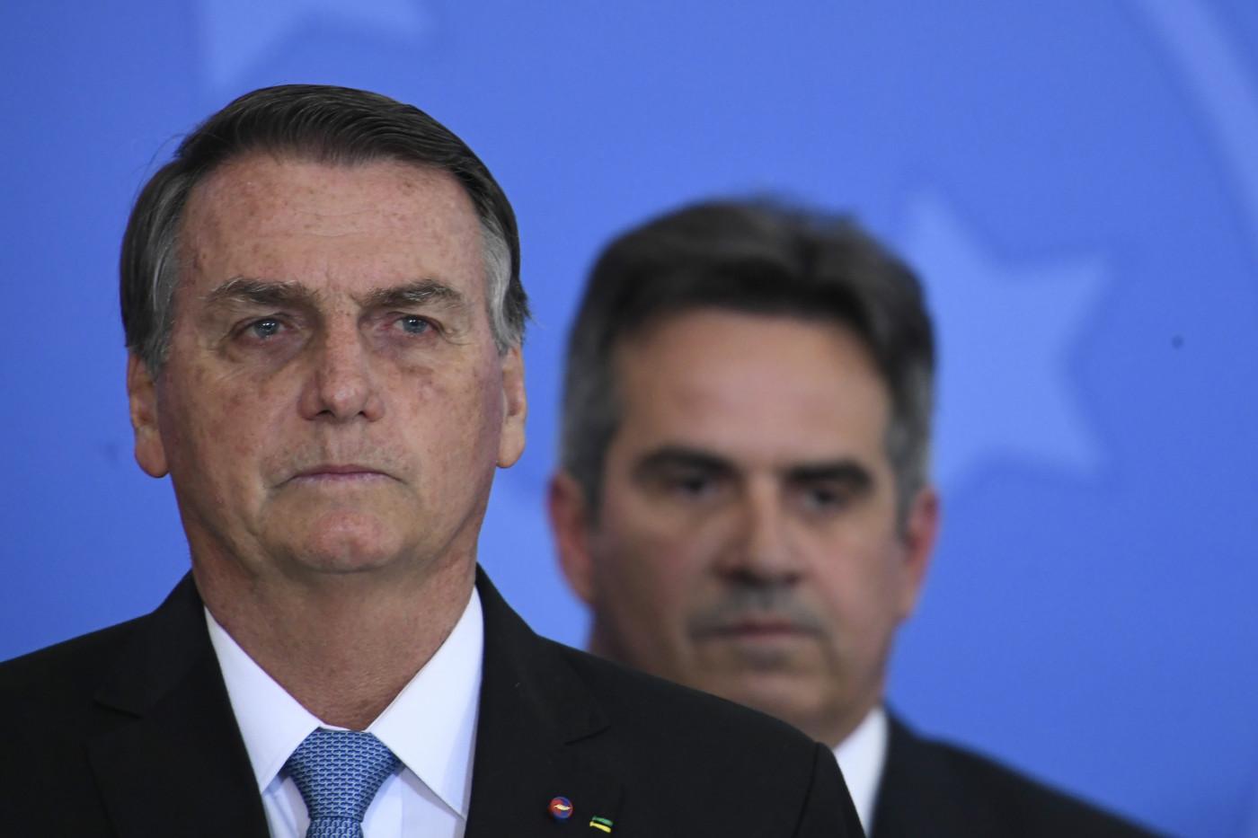O presidente Jair Bolsonaro e o ministro Ciro Nogueira ao fundo