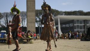 Indígenas em frente à Esplanada dos Ministérios