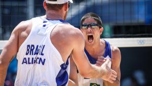 Alison e Álvaro Filho estão nas quartas de final do vôlei de praia na Tóquio-2020