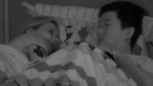 Pyong Lee e Antonela Avellaneda deitados na cama juntos
