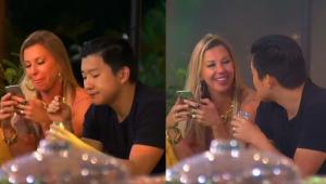 Antonella e Pyong sentados ao lado um do outro enquanto conversando durante festa do Ilha Record
