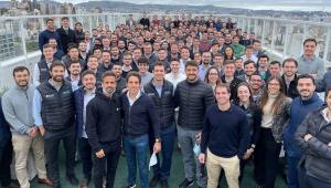 Foto com mais de cem trabalhadores da Ável Investimentos amontoados em uma sala, a maioria homens, todos brancos, nenhum deles usando máscara