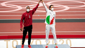 Com um dos braços erguidos e as mão dadas no alto, o catari Mutaz Essa Barshim (à esquerda da imagem) e o italiano Gianmarco Tamberi dividem o primeiro lugar no pódio