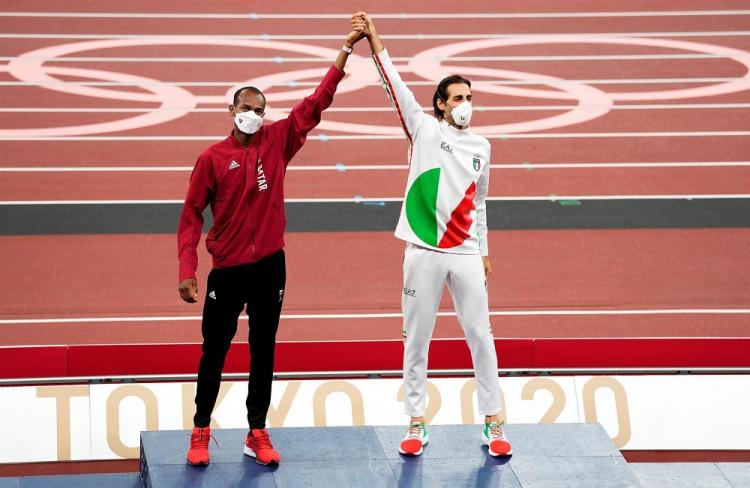 Com as mãos erguidas e dadas, o O catari Mutaz Essa Barshim (à esquerda) e o italiano Mutaz Essa Barshim dividem o primeiro lugar no pódio