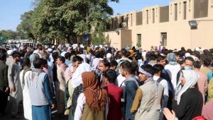 pessoas concentradas do lado de fora do aeroporto de cabul