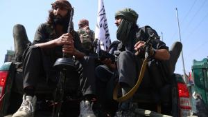 Caças talibãs patrulham em Jalalabad, Afeganistão