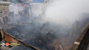 Destroços e fumaça branca saindo de um terreno após incêndio em Barueri