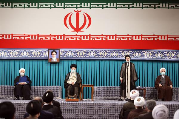 Ebrahim Raisi discursa após tomar posse como presidente do Irã