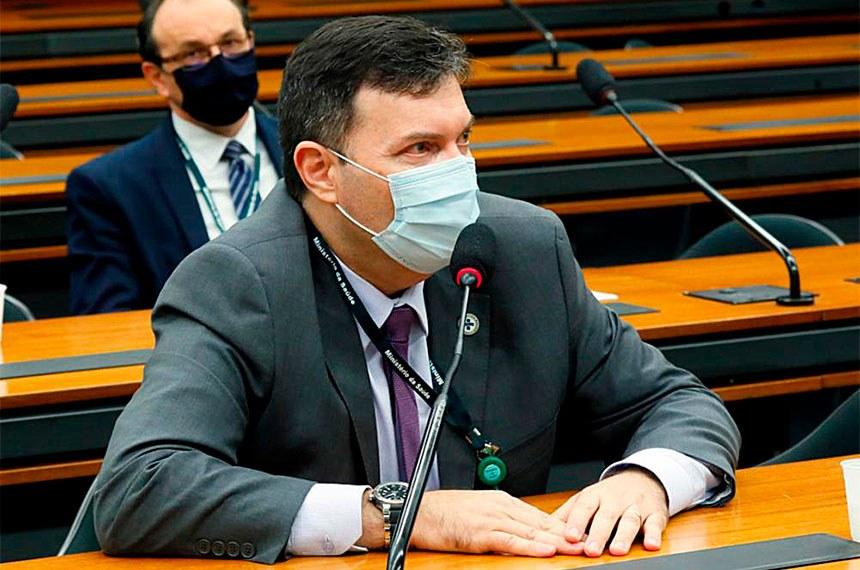 Homem de terno e máscara em comissão