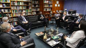 Senadores da CPI se encontram com Moraes