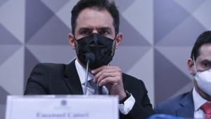 Homem ajeita máscara durante oitiva