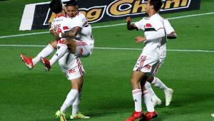 Atletas comemoram gol em partida