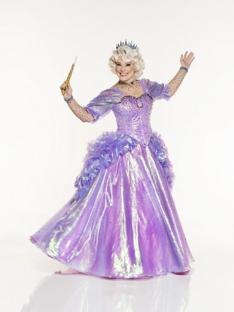 Helga Nemetik caracterizada como a Fada Madrinha do musial Cinderella