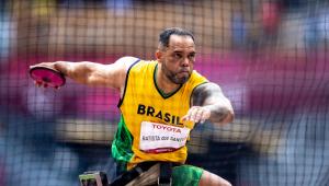 Claudiney Batista foi ouro no lançamento de disco nas Paralimpíadas de Tóquio