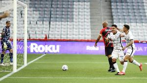 Roni e Mosquito correm em direção aos companheiros (que não aparecem na imagem) após o volante marcar o gol do Corinthians