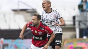 Jogadores do Flamengo e do Corinthians em campo