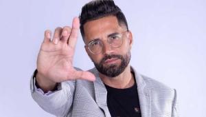 Latino fazendo a letra L com a mão