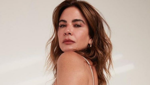 Luciana Gimenez séria olhando por cima do ombro