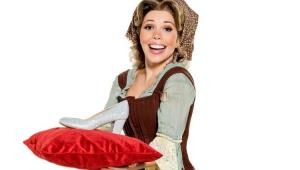 Fabi Bang vestida de Cinderella e segurando almoçada com o um sapato