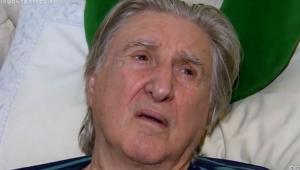 Sérgio Reis na cama com uma cara triste