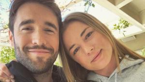 Emily VanCamp com a cabeça encostada no marido, Joshua Bowman