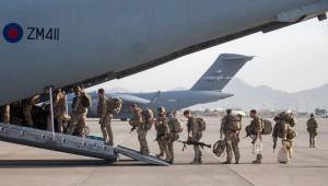 Militares em fila subindo no avião
