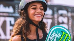 Rayssa Leal sorrindo com um skate na mão