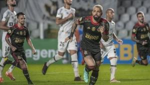 Jogadores do Santos e do Flamengo correndo no campo