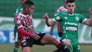 Jogadores do São Paulo e do Juventude jogando em campo