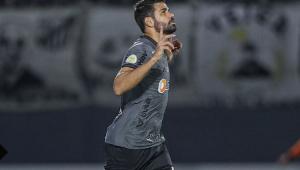 Diego Costa apontando os dedos para cima