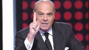 Marcelo de Carvalho com o dedo levantado