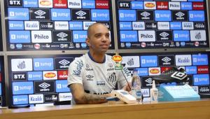 Diego Tardelli durante entrevista coletiva no Santos