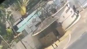 Homem armado na frente da embaixada da frança na tanzânia