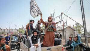 soldados do talibã em cima de carro