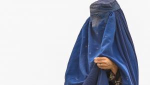 Uma mulher vestida de burca afegã