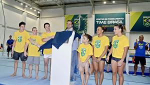 Eduardo Paes aparece ao lado de atletas com camisa do Brasil