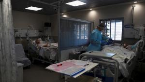 pessoas sendo tratadas na UTI em Israel