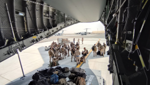 Avião da Espanha pousando em Dubai para auxiliar no repatriamento de afegães