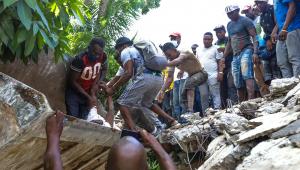 pessoas revirando escombros no Haiti