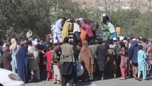 Pessoas amontoadas procurando por comida em Cabul