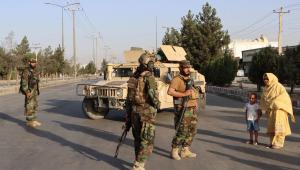 Homens em pé com armas e roupas militares