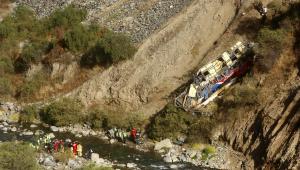 ônibus acidentado em barranco no Peru