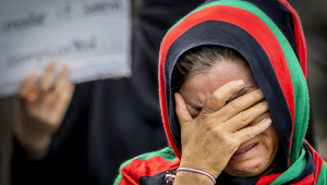 mulher afegã chorando
