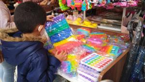 Criança escolhe Pop it Fidget Toy em loja