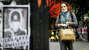 Mulher anda em rua de São Paulo sem usar corretamente a máscara de proteção
