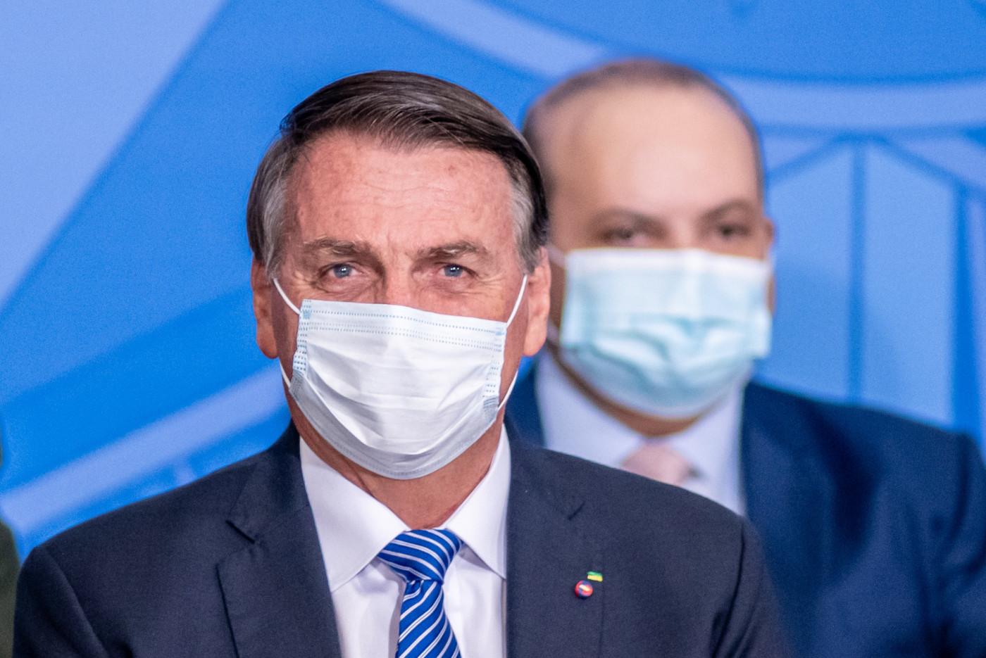 Presidente Jair Bolsonaro usa máscara de proteção branca em evento