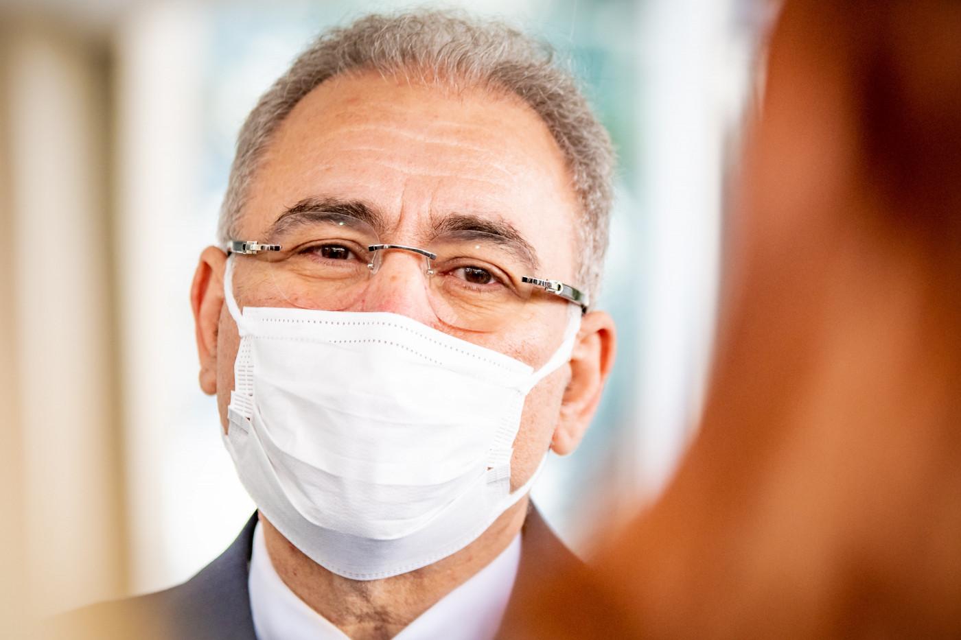 Ministro da Saúde, Marcelo Queiroga, usa máscara branca