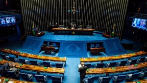 Vista de cima do plenário do Senado, com oito pessoas dentro