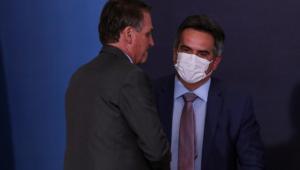 De costas, o presidente Jair Bolsonaro cumprimenta Ciro Nogueira, novo chefe da Casa Civil; ambos usam trajes sociais